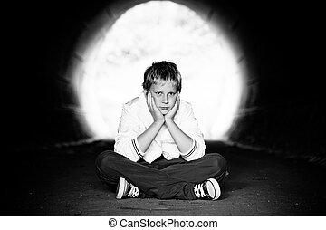 túnel, menino sentando