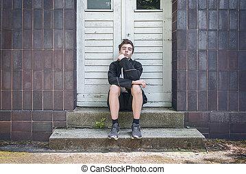 tür, sitzen, junger, front, porträt, treppe, mann