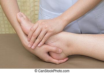 türelmes, cselekedet, fizikai, ünnepély, noha, fizikai therapist, alatt, rehabilitáció, klinika