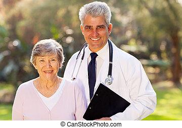 türelmes, orvos, középső, szabadban, idősebb ember, idős