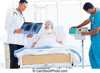 türelmes, orvos, kiállítás, női, mosolygós, röntgen