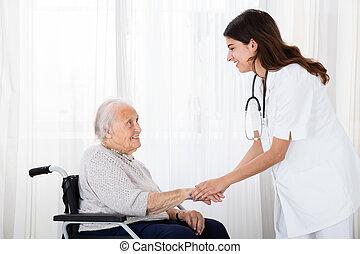 türelmes, orvos, vigasztal, meghibásodott, női, idősebb ember