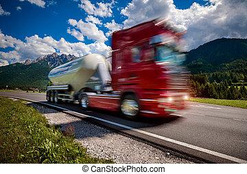 tüzelőanyag teherkocsi, iramodások, lefelé, a, autóút, alatt, a, háttér, a, alps., csereüzlet, autó, szándék, blur.