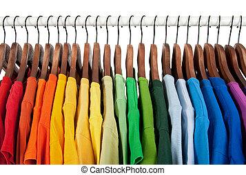 tęcza koloruje, odzież, na, drewniany, hangary