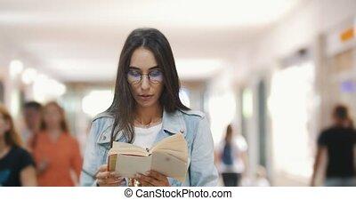 tłum, środek, książka, tunel, dziewczyna czytanie