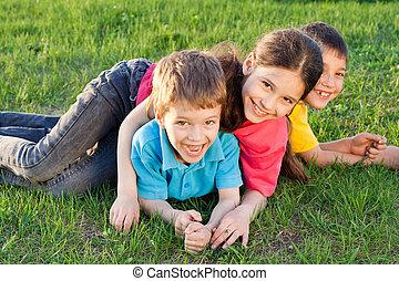 tři, šťastný, děti, hraní, dále, ta, louka