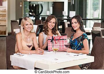 tři, překrásný eny, sedění, v, ta, restaurant., obout si, narozeniny udat, dále, deska