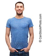t-shirt blu, uomo sorridente, vuoto
