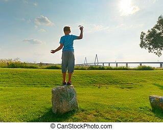 t-shirt, koord, verkeer, hoog, groot, baai, het kijken, straat, voor de kust, blauwe , op, brug, jongen, torens, twee