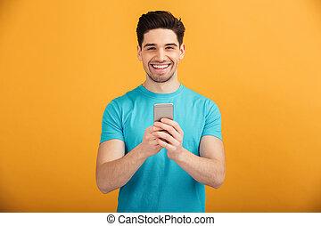t-shirt, retrato, sorrindo, homem jovem