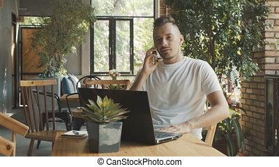 t-shirt, smartphone, fonctionnement, ordinateur portable, jeune, relatif, quoique, informatique, ami, cafe., ligne, parle, ou, confortable, homme