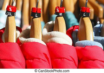 T-Shirts - Jacken auf Kleiderbügeln,  Deutschland, Europa