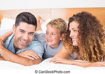 t, sorrindo, mentindo, cama, família, jovem