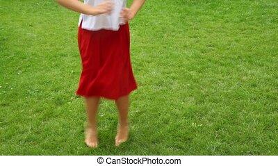 tańce, kobieta, boso, trawa