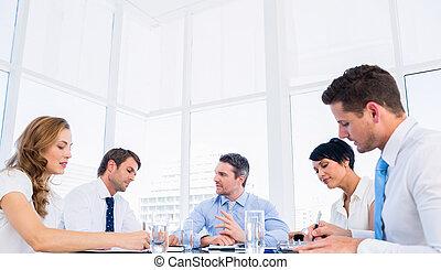 tabela conferência, executivos, ao redor, sentando