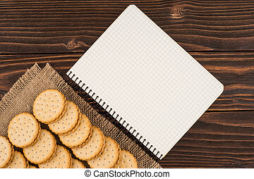 tabela madeira, biscoitos, caderno, antigas
