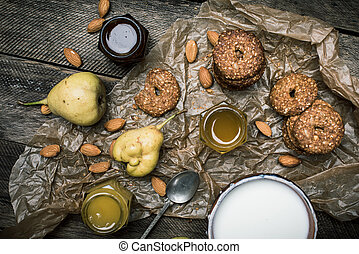 tabela madeira, biscoitos, pêras, creme