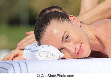 tabela massagem, caucasian mulher, mentindo