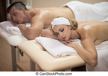tabela massagem, par, jovem, mentindo