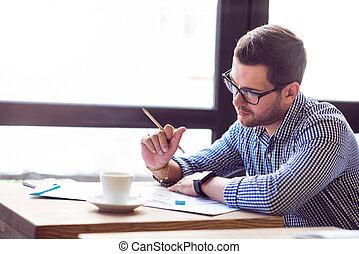 tabela, pensativo, homem, trabalhando, sério