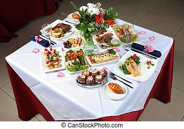 tabella posta, con, uno, varietà, di, piatti, fish, pasticcerie, sottaceti