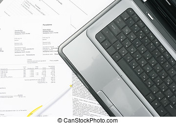 tabla, computador portatil, papel, cuentas