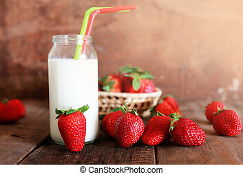 tabla de madera, con, fresas, y, leche, en, vidrio