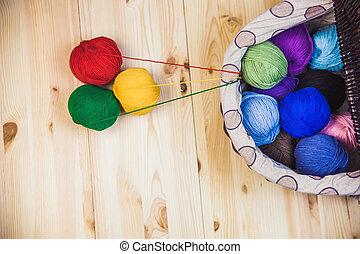 tabla de madera, pelotas, lana