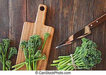 tabla de madera, vegetal, broccolini