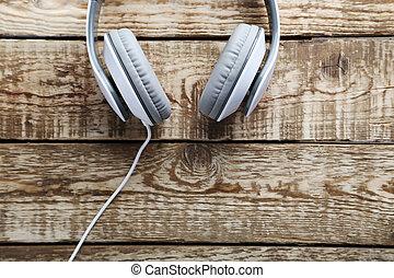 table bois, écouteurs, gris