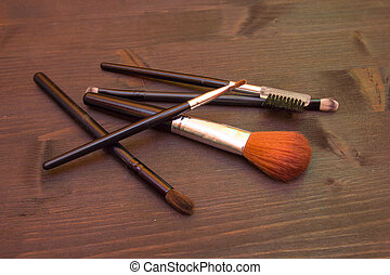table bois, brosses, maquillage, quelques-uns