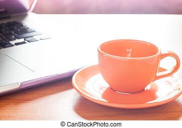table bois, café, clavier, tasse