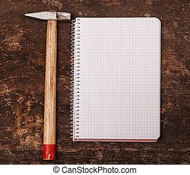 table bois, cahier, marteau