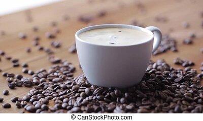 table bois, grains café, tasse