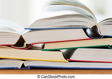 table bois, livres, haut fin