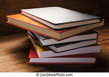 table bois, livres, pile
