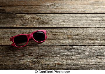 table bois, lunettes soleil, gris