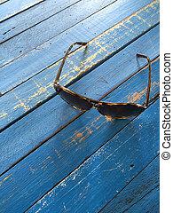 table bois, lunettes soleil