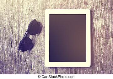 table bois, lunettes soleil, tablette, numérique