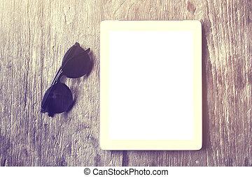 table bois, lunettes soleil, tablette, vide
