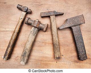 table bois, marteaux, vieux