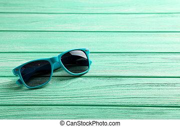 table bois, menthe, lunettes soleil