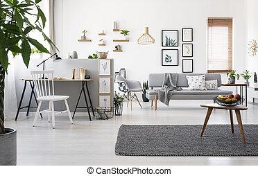 table bois, sur, gris, moquette, dans, spacieux, appartement, intérieur, à, espace de travail, et, posters., vrai, photo