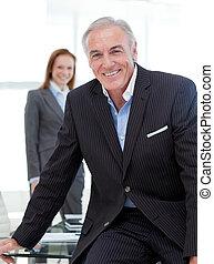 table conférence, personne agee, homme affaires, séance