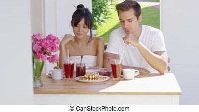 table, couple, extérieur, petit déjeuner, avoir