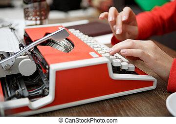 table, femme, machine écrire, dactylographie
