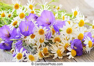 table, fleurs, camomille, campanule