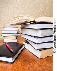 table, livres, tas