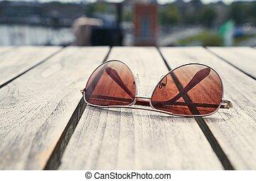 table, lunettes soleil