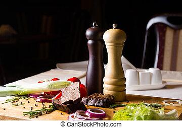 table, moulins poivre, sel, ingrédients